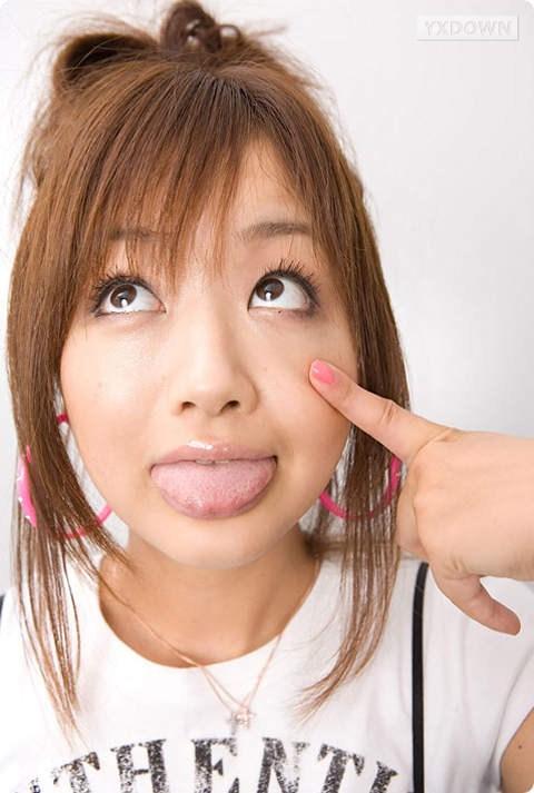 吐舌头女生_我是那个吐舌头的女孩。我适合什么发型呢谢